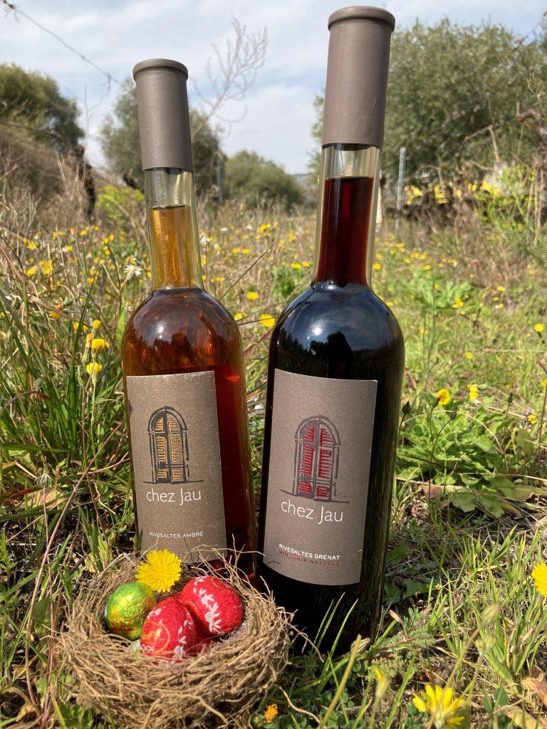 Deux vins doux : Rivesaltes Ambré et Rivesaltes Grenat dans les vignes avec des Chocolats de Pâques
